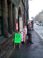 Col·legi electoral en una església d'Edimburg on es fa campanya a la porta fins l'últim minut