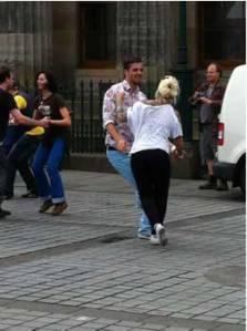 Joves ballant ahir a ritme de swing davant de l'Scottish National Gallery