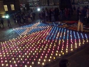 Mosaic amb l'estelada i la bandera de Sant Andreu, ahir davant l'Ajuntament d'Edimburg