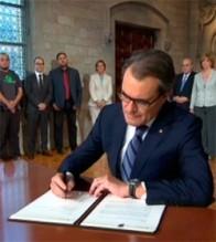 MHP Artur Mas signant el Decret 129/2014 per convocar la consulta del 9N