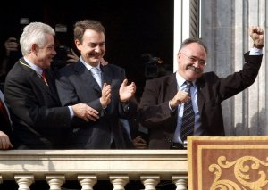 Pasqual Maragall, José-Luis Rodríguez Zapatero i Josep-Lluís Carod-Rovira al balcó de la Generalitat el día de la investudura, 2003.