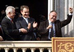 Toma de posesión de Pasqual Maragall en 2003, con José-Luis Rodríguez Zapatero, aún en la oposición, al lado de Josep-Lluís Carod-Rovira