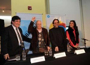 Junto al secretario de Legal y Técnia, Carlos Zanini y el secretario de Cultura, Jorge Coscia. Laclau compartió escenario con distintos funcionarios kirchneristas.