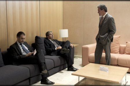 Artur-Mas-charla-con-Francesc-Homs-en-una-de-estas-salas-de-autoridades