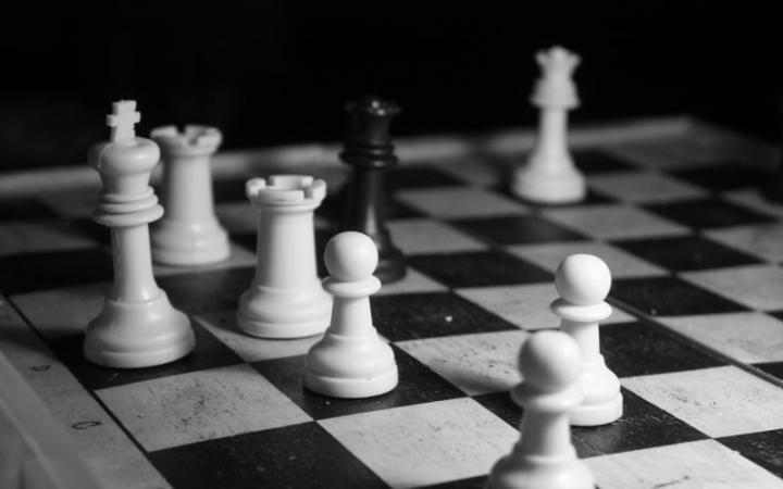1405855671_black-and-white-chess-game_800
