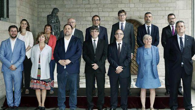 Puigdemont-consellers-salientes-prometer-Constitucion_EDIIMA20170714_0738_4