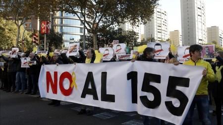 protesta-los-trabajadores-del-departament-territori-con-una-parcarta-contra-del-articulo-155-1512391407401
